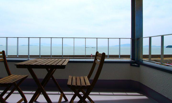 大きくて開放的なバルコニーから見える海