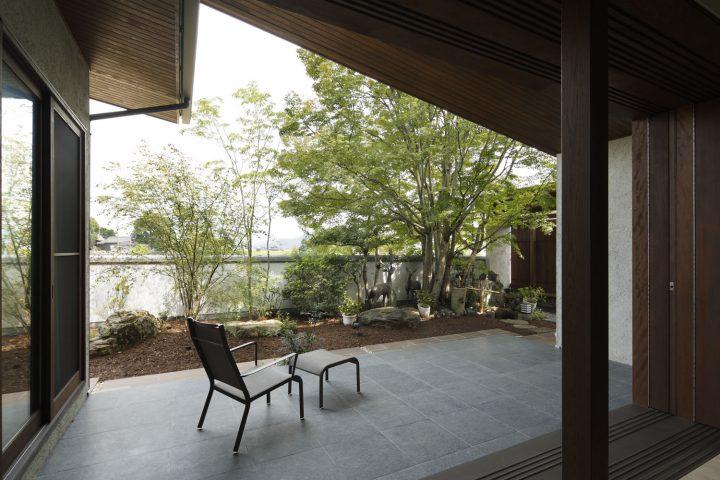 倉敷市の高級住宅、プライベート感のあるタイルテラス
