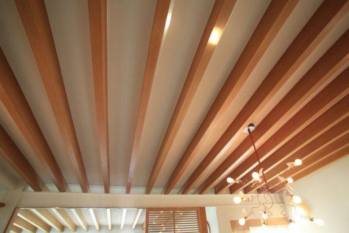 岡山市南区に完成した高級住宅、勾配天井に高級感をプラスあたえる飾り梁の豪華な天井