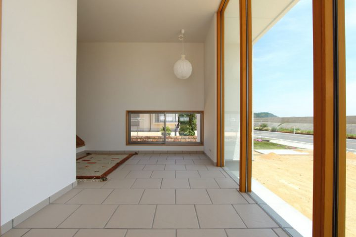 白いタイルでお客様を迎える爽やかな玄関ホール