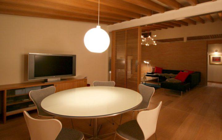 岡山市南区に完成した高級住宅、上質な照明やインテリアのLDK