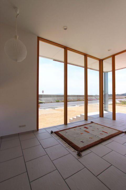 木枠とガラスがデザイン性のある玄関