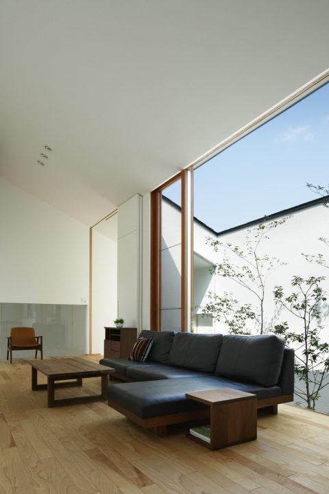 大開口から眺める中庭と、勾配天井で開放的なLDK