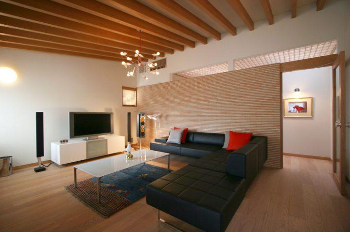 岡山市南区に完成した高級住宅、タイル壁と高級照明やインテリアを楽しむオシャレなリビング