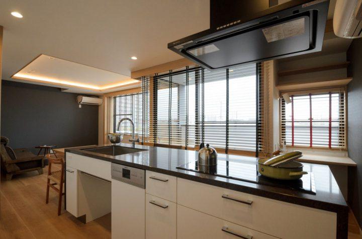 大きな開口があり視界が開けるキッチンからの眺め