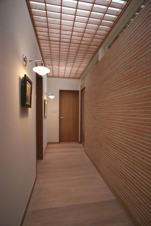 岡山市南区に完成した高級住宅、統一感のあるタイル壁でギャラリーのような廊下スペース