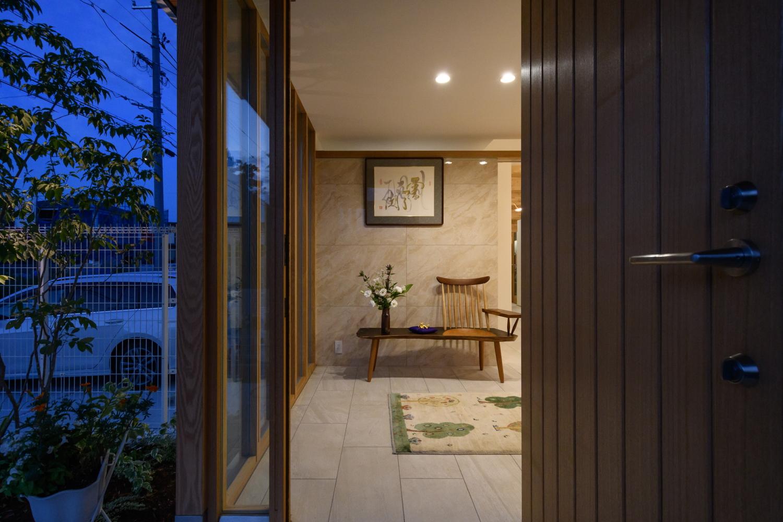 ガラス張りが景色を美しくうつす高級感のある玄関アプローチ