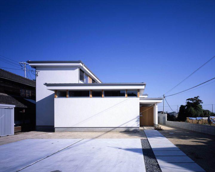 シンプルな中に段違いの屋根が特徴の住宅外観