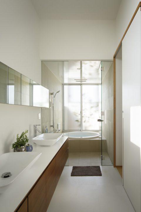 ダブルボウルの洗面室と、中庭から光が入る明るい浴室