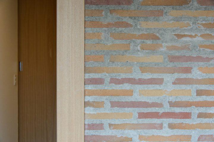 玄関正面のタイル壁