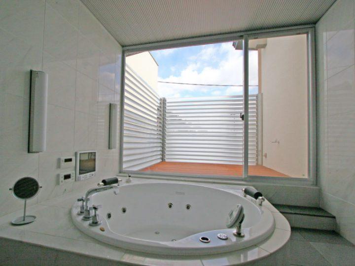 岡山市南区に完成した高級住宅、広々とした丸い浴槽が豪華な浴室とテラス