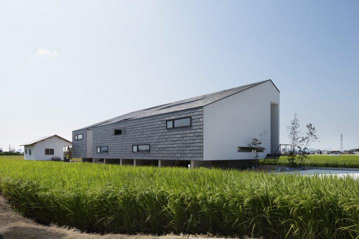田園風景に浮かぶように建つ天然スレート葺きの高級住宅外観