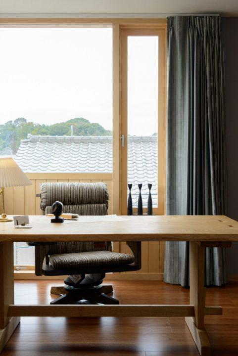 窓のカタチが独特な北欧風の書斎