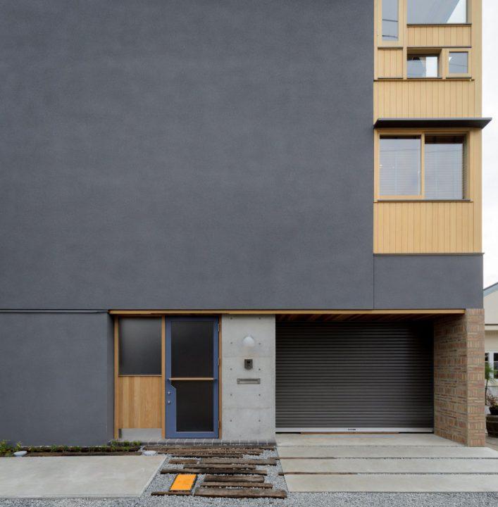 グレーと3階建てが特徴の住宅外観