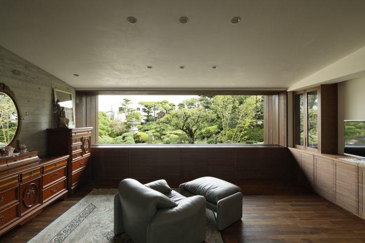 倉敷市の高級住宅の額縁のような大きな窓のある部屋