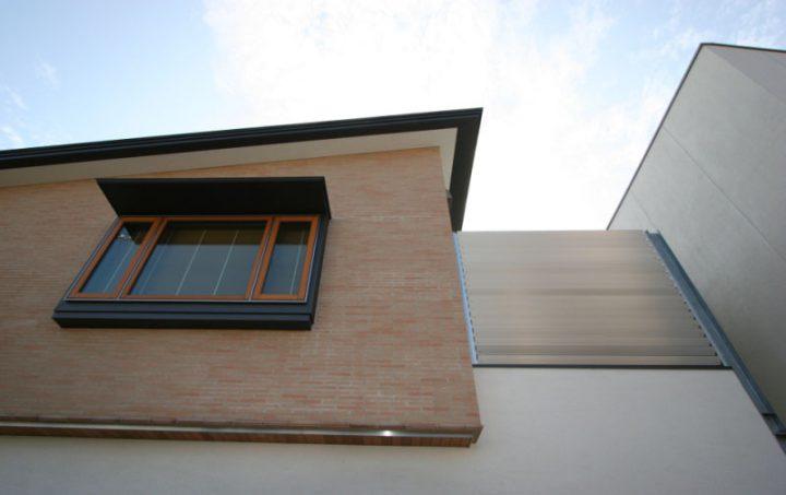 岡山市南区に完成した高級住宅、タイルや吹付、板金など素材を贅沢に組み合わせた住宅外観