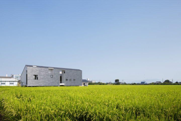 田園風景に浮かぶように建つ天然スレート葺きの存在感のある外観