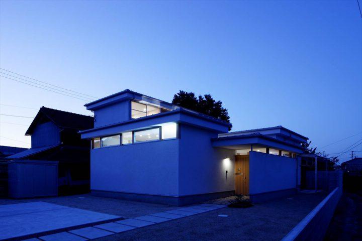 スリット窓から光がもれる幻想的な住宅外観