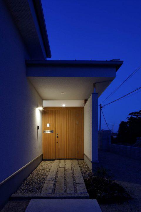 木製ドアが重厚感のある玄関