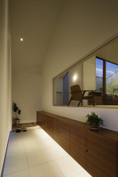 間接照明が雰囲気のある玄関