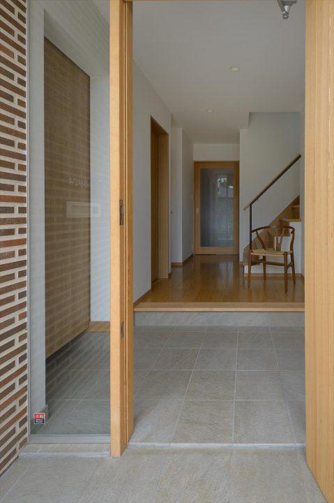 タイルと木製建具で高級感ある玄関