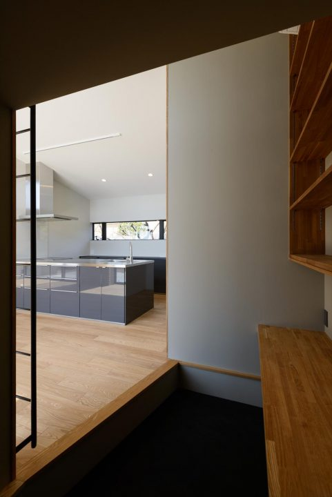 IKEAのグレーキッチンと勾配天井