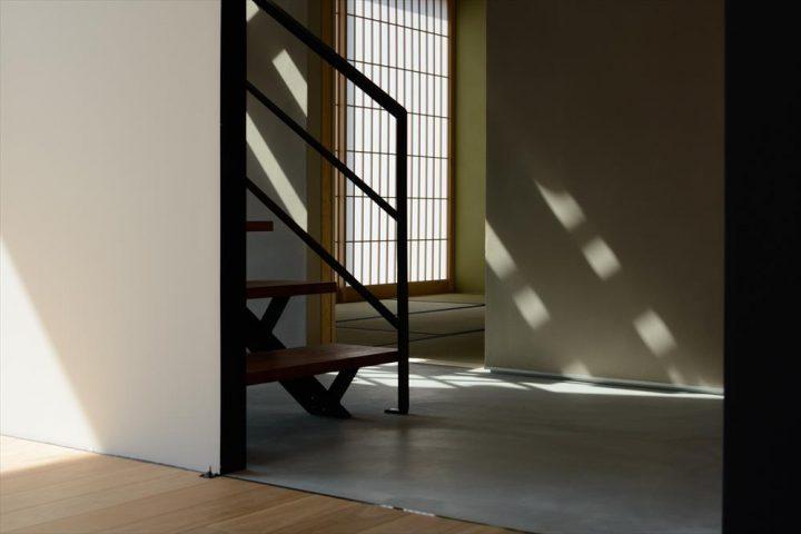 落ちる陰が玄関ホールにオシャレな陰影をうつします