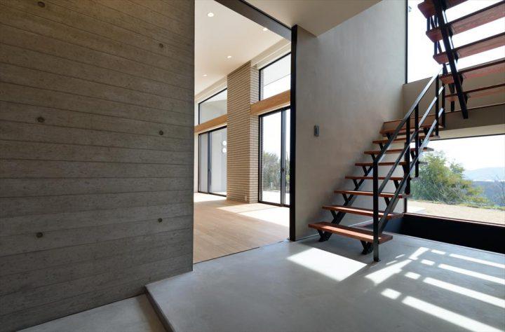 コンクリート壁と鉄骨階段のカッコイイ組み合わせ