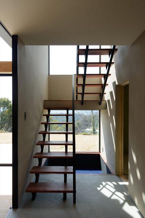 大きな窓から景色が見える階段ホール