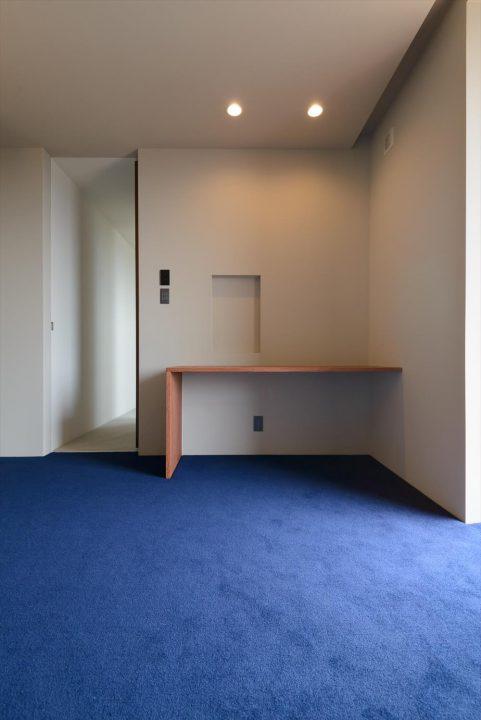 床はカーペットをしいたオシャレな寝室