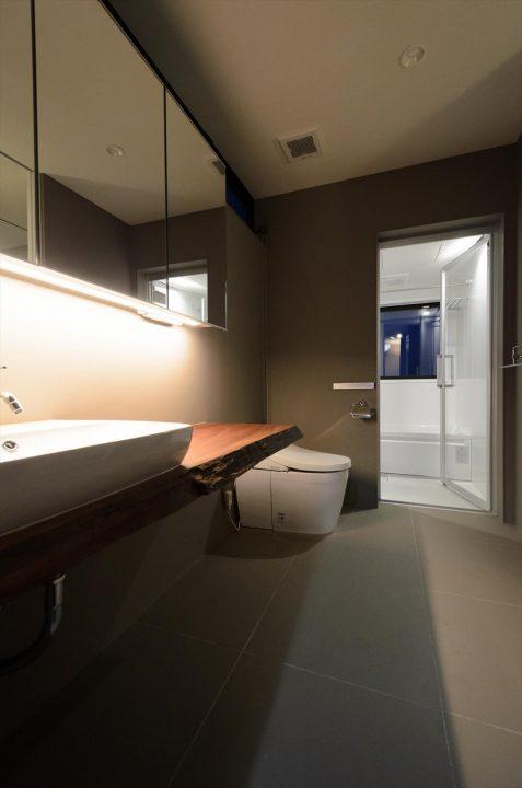 グレーでまとめたホテルライクな洗面脱衣室