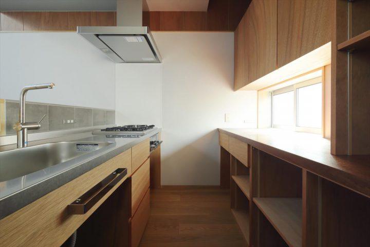 木の質感があたたかい木製の造作キッチン