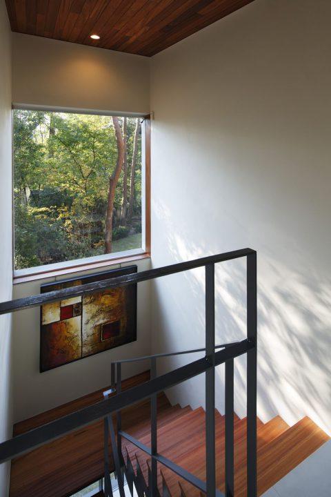 大山の大自然に囲まれたセカンドハウスの緑の見える階段室