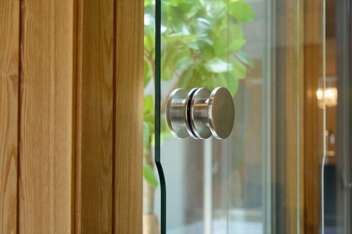 リビングと玄関をつなぐ美しいガラス戸