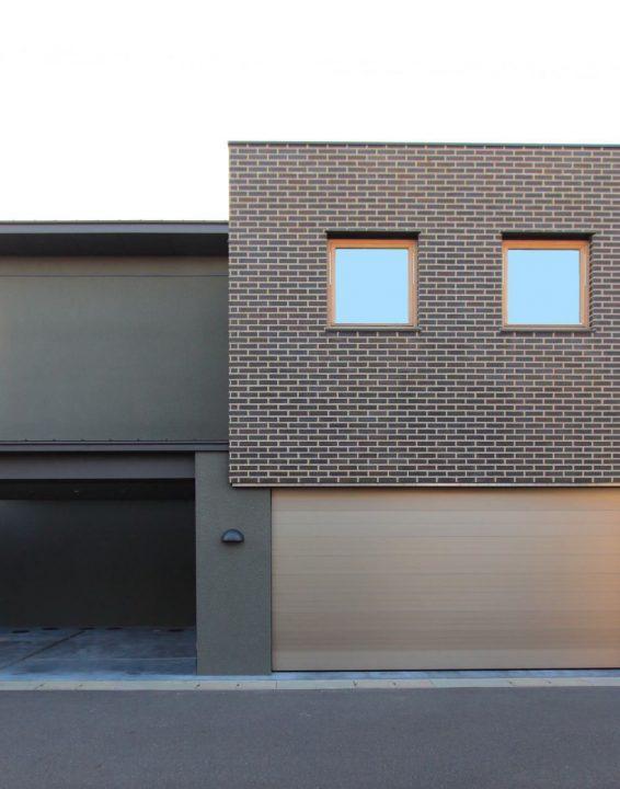 岡山市に完成したゼロエネルギー住宅のタイル壁が特徴の外観写真