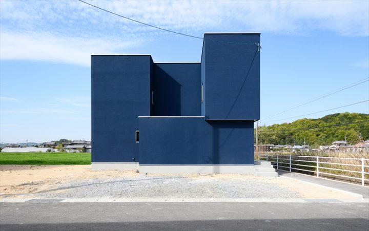 ボックス型の外観とインディゴブルーの外壁が特徴の住宅外観