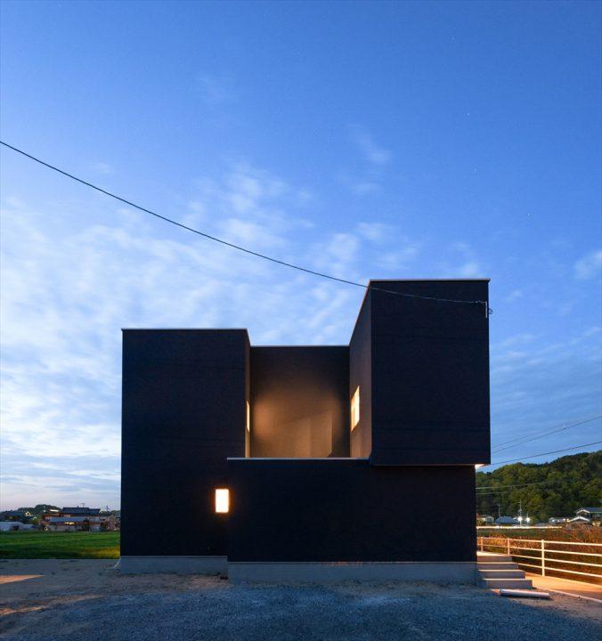 夜は中庭から光が反射し幻想的な住宅外観