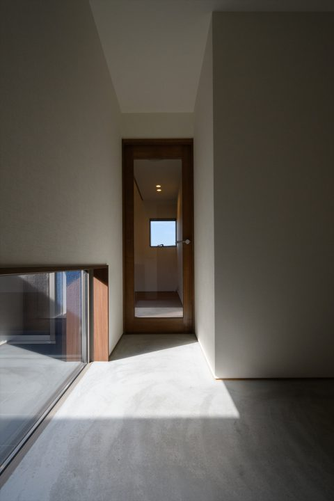 モルタルでシンプルなフラット玄関