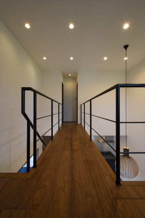 2階吹き抜けにかかる渡り廊下