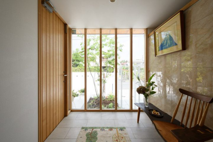 ガラス張りに木製建具がマッチした贅沢な玄関