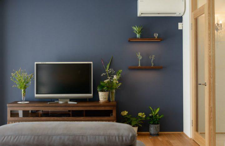 アクセントクロスと造り付けの飾り棚でポイントをつけたリビングの壁