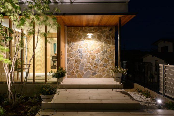 ライトアップされた夜の外構と植栽