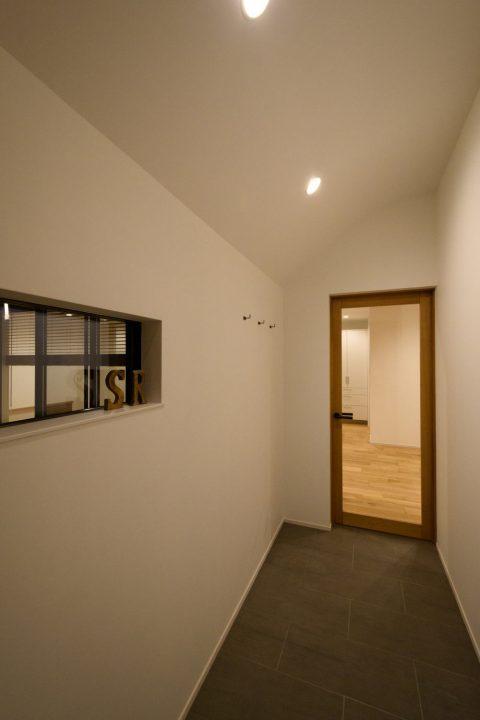 倉敷市の注文住宅、二連奏の家の木製建具のある玄関