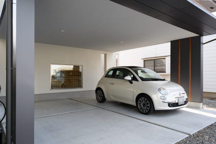 早島に完成した注文住宅、大屋根の家のガレージ