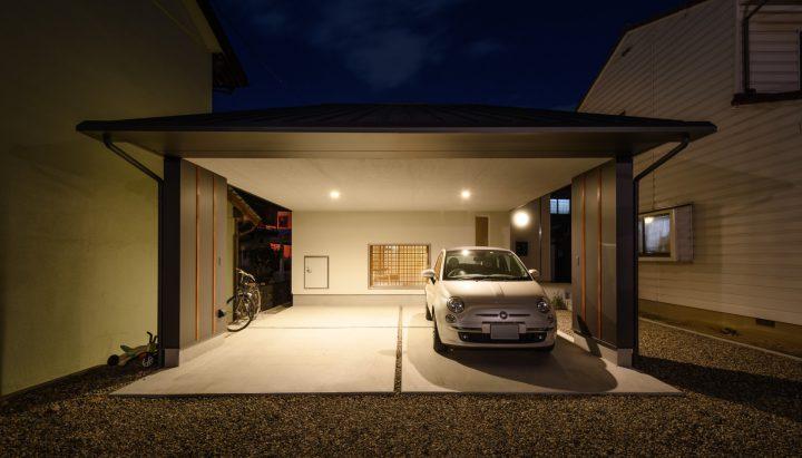 早島に完成した注文住宅、大屋根の家の夜の外観