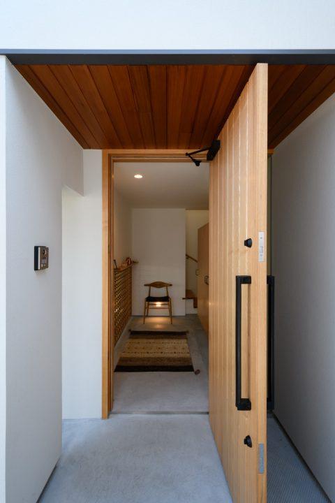 早島に完成した注文住宅、大屋根の家の木製建具の玄関