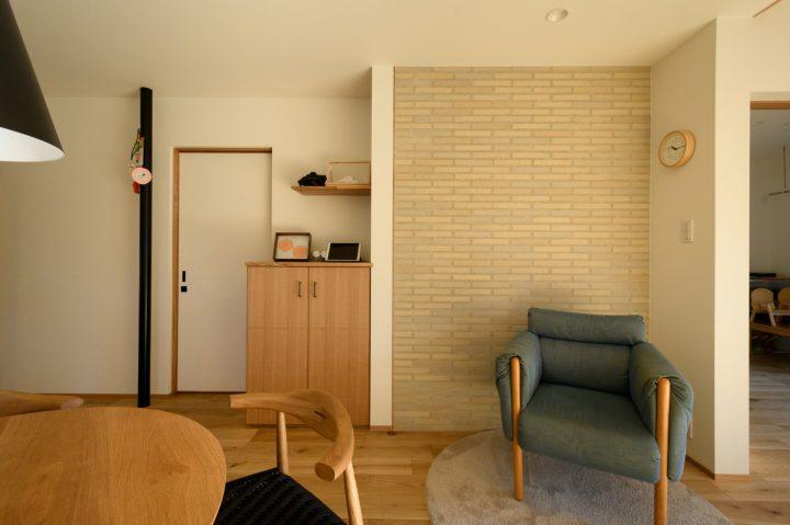 早島に完成した注文住宅、大屋根の家のリビングにある一部タイル壁