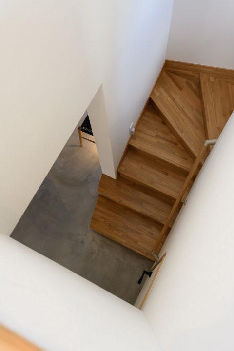 早島に完成した注文住宅、大屋根の家の階段