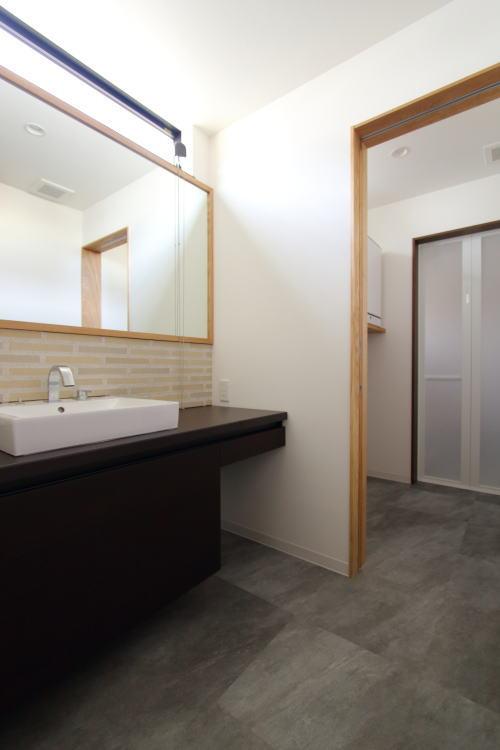 タイルに大きな鏡が贅沢な洗面スペース