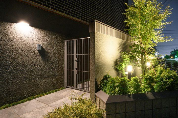 ライトアップした玄関アプローチと植栽